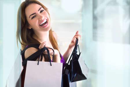 買い物をしている若い女性