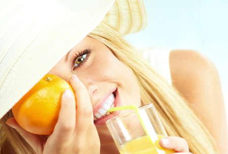 zomers drankje: jonge blonde meisje met jus d'orange Stockfoto