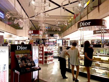 공항에서 화장품 면세 쇼핑