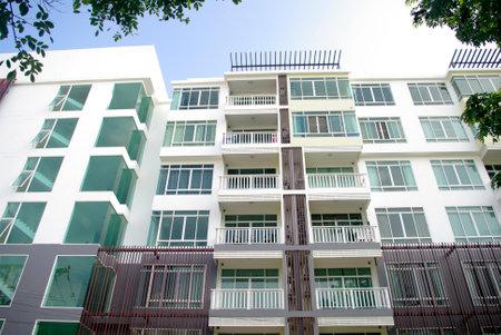 현대 콘도와 아파트 흰색과 유리의 많은