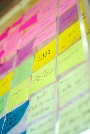 gestion: colorido post-it en la pared idea