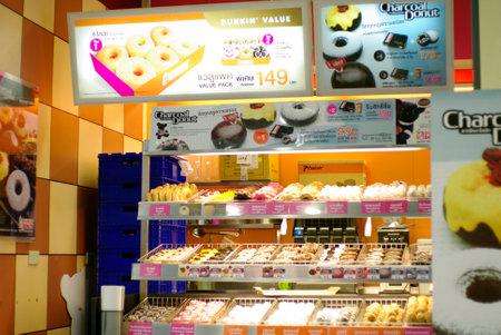 태국에서 던킨 도넛 가게 앞 에디토리얼