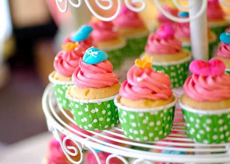 귀여운 다채로운 맛있는 컵 케이크 계층
