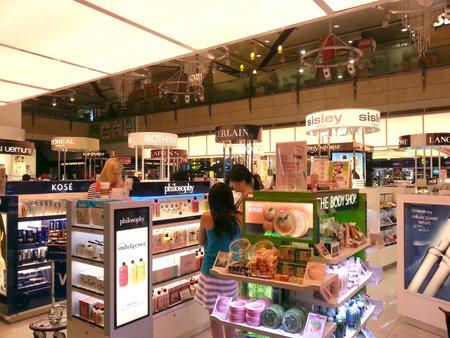 空港での化粧品の免税アウトレット 報道画像
