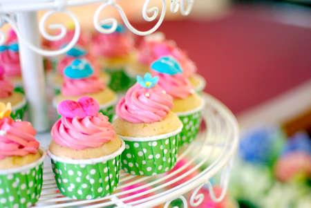 귀엽고 다채로운 맛있는 컵 케이크 계층