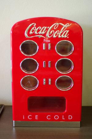 coca cola vintage fridge  Редакционное