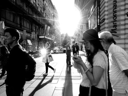 Aziatische toerist in Wenen, Oostenrijk. Zwart en wit straat shoot foto's