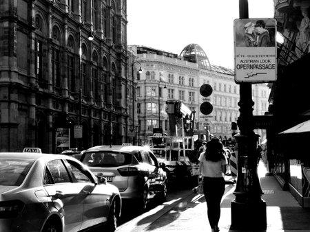Mooie zwart-witte straat foto van toeristen in Wenen, Oostenrijk