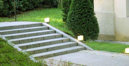 푸른 잔디와 도시 계획에서 조명과 정원 풍경 계단