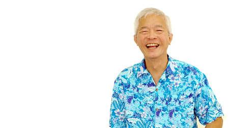 abuelo: chico alto asiático feliz en hawaii azul camisa de risa en el fondo blanco del aislante