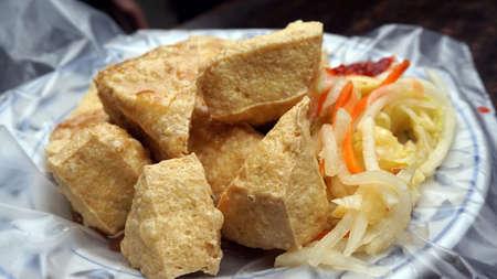 측면에 피클 야채와 소스와 튀김 냄새 나는 두부. 접시 위에 플라스틱에 봉사 스톡 콘텐츠