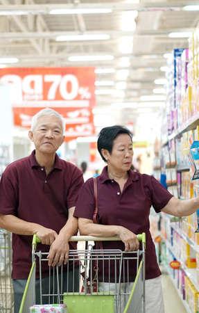 아시아 수석 부부는 슈퍼마켓에서 쇼핑 카트