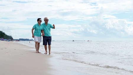 바다 해변에서 함께 걷고 아시아 수석 부부
