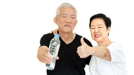물 병을 가진 아시아 노인 부부는 건강을 위해 dydrate를 유지합니다.
