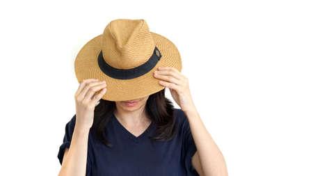 그녀의 얼굴을 숨기고 모자를 쓰고 캐주얼 동남 아시아 소녀