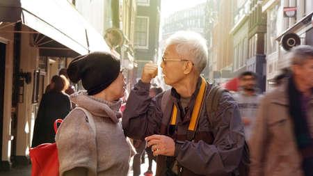 couple asiatique asiatique perdu dans la main après le voyage après la retraite obtenir le voyage