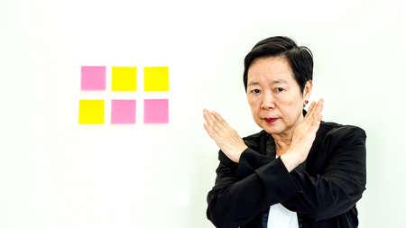 Asiático mujer de negocios mayor expresión infeliz con espacio de copia Foto de archivo - 91008138
