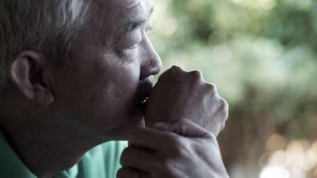 Un homme âgé asiatique s'inquiète de l'expression perdue se bouchent Banque d'images
