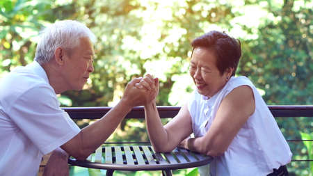 Asian elderly old couple compromising in game of love secret of lasting love Banque d'images