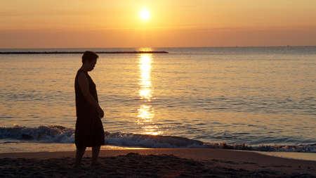 Asian elder woman silhouette at beach happy from inner soul Standard-Bild - 138044180