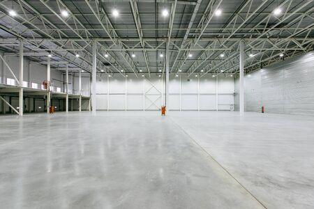 Interieur van lege magazijn