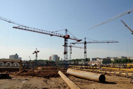 Kräne auf einer Baustelle Stadt Standard-Bild