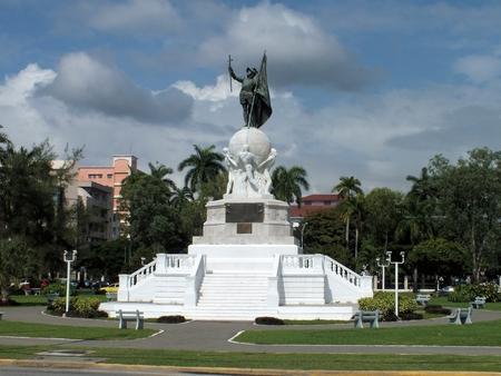 Vasco Núñez de Balboa tiene un lugar importante en la historia de Panamá como se le acredita como el primer europeo en cruzar América. Esta estatua de Balboa fue esculpida por Miguel Blan y Mariano Benlliure y dado a Panamá como un regalo de España. Tiene vistas P Foto de archivo
