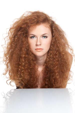 人間の髪の毛: 赤くて長い巻き毛を持つかなり若い美しい女性 写真素材