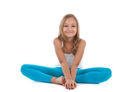 ropa deportiva: Adolescente atractivo haciendo ejercicio aislado sobre fondo blanco