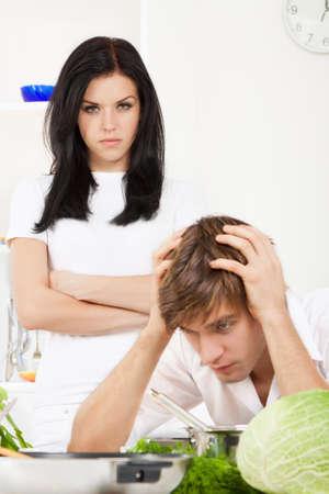 echtgenoot: portret van jonge paar conflict in hun keuken, relatie probleem Stockfoto