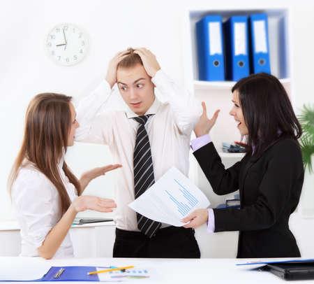 personas discutiendo: los j�venes de negocios en la oficina en el mostrador