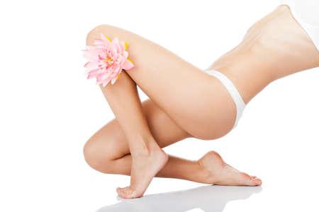 depilacion con cera: Hermosa espalda de la mujer culo bragas de cuerpo blanco flor rosa pata larga Foto de archivo