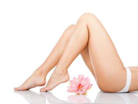 Women Cellulite: Hermosa espalda de la mujer culo bragas de cuerpo blanco flor rosa pata larga Foto de archivo