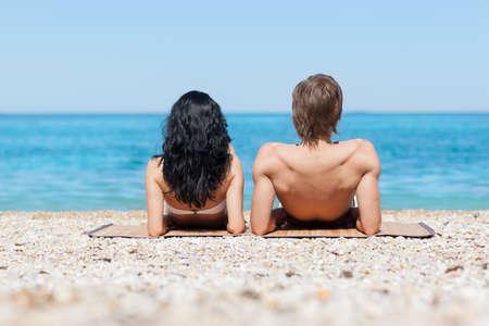 hombre romantico: Pareja en la playa, vista trasera recostado hombre rom�ntico y de la orilla del mar mujer, las vacaciones de verano vacaciones Oc�ano cielo azul