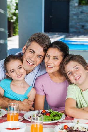 mujeres latinas: Familia en casa grande Foto de archivo