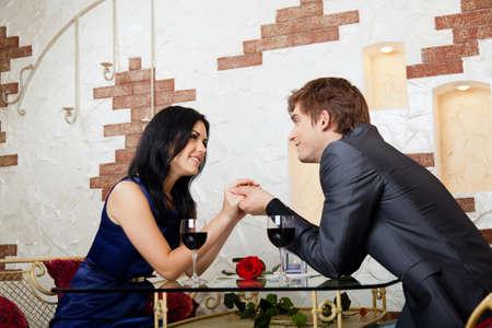 diner romantique: Jeune couple heureux date romantique au restaurant Banque d'images