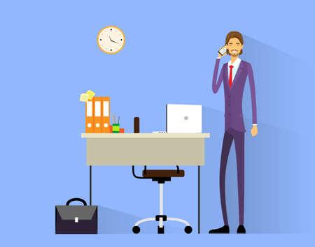 man on cell phone: Hombre de negocios llamada por tel�fono celular en el escritorio en la oficina de trabajo plana