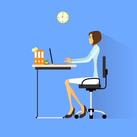 silla: mujer de negocios sentado en el escritorio en la oficina trabajando ilustración laptop ordenador vectorial Vectores