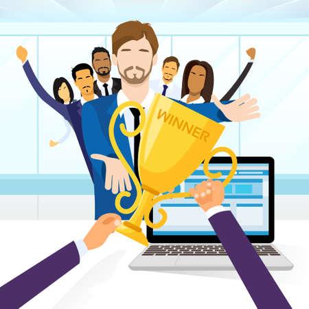 ビジネスの男性取得の同僚を祝福の人々 賞優勝カップ