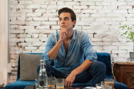 hombre solo: Hombre triste que se sienta en el Caf� Piense Mantenga la barbilla Mirar a la ventana