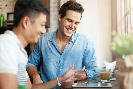 dos personas hablando: Dos hombres que usan la tableta Informática Internet, asiática Mix Race Amigos