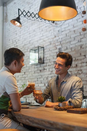 Zwei Männer Jubel Toast Trinken Ice Coffee, Asian Mix Rennen Freunde