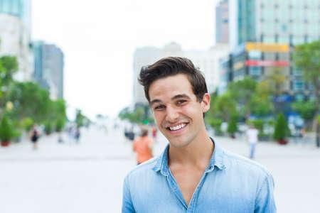 bel homme: Beau visage homme sourire rue de la ville en plein air Banque d'images