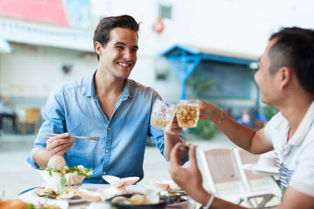 chinesisch essen: Tourist Männer Jubel Toast Getränke, Asian Mix Rennen Freunde