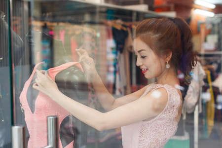 estilista: Mujer asiática de las compras de moda elección tienda de ropa