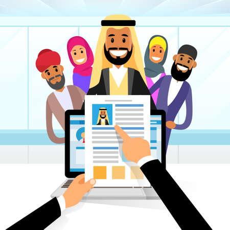 Curriculum Vitae Árabe Reclutamiento Candidato Posición Trabajo, Manos Mantenga CV Perfil Elija entre Grupo Árabe de hombres de negocios contratar Entrevista Ilustración Vector