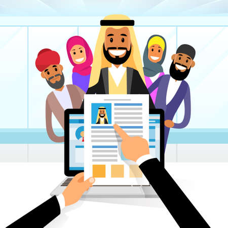 cv: Curriculum Vitae Árabe Reclutamiento Candidato Posición Trabajo, Manos Mantenga CV Perfil Elija entre Grupo Árabe de hombres de negocios contratar Entrevista Ilustración Vector