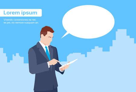 hombres ejecutivos: Hombre de negocios usando la tableta informática Enviar Ilustración mensajes de Internet Los mensajes de texto de Chat Comunicación plana vectorial