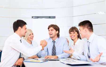 comunicar: grupo de empresarios sonrisa oficina de trabajo, la gente de negocios