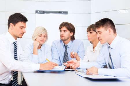 reunion de trabajo: grupo de empresarios sonrisa oficina de trabajo, la gente de negocios